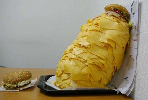 Гамбургер с сотней ломтиков сыра