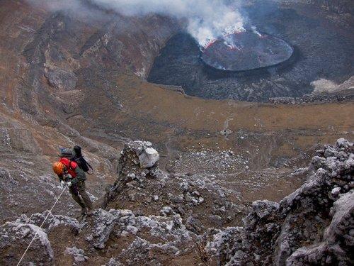 Лавовое озеро в вулкане Ньирагонго