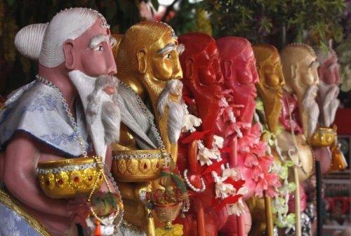 Странный буддийский обряд с участием стриптизерш