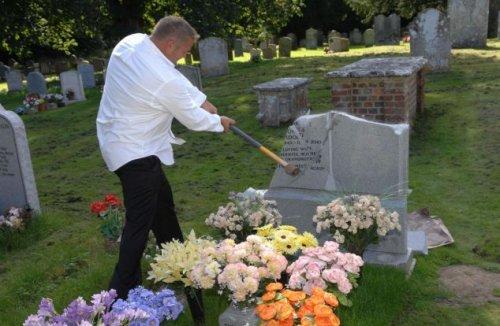 Почему он разбивает надгробье?