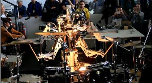 Четырехрукий робот играет на барабанах