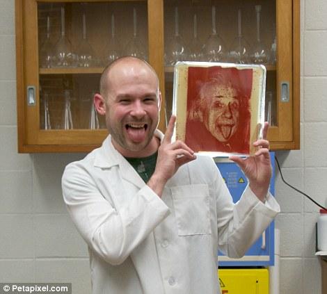Микробиолог рисует портреты с помощью бактерий
