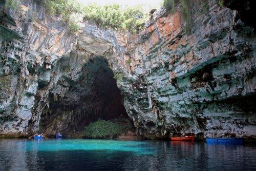 Красивая пещера Мелиссани
