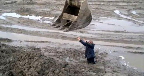 Спасение мужика, застрявшего в грязи