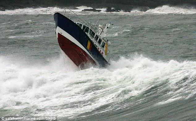 между тем как лодку волной
