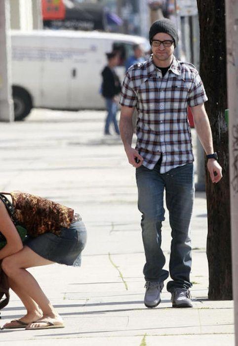 мужчина ловит взгляд девушки