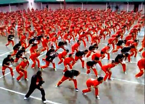Заключенные танцуют Gangnam style