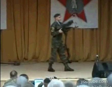 Солдат танцует электроданс :)