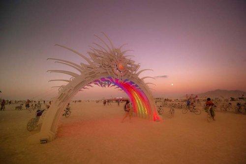 Удивительные инсталляции фестиваля Burning Man в фотографиях Трея Рэтклиффа
