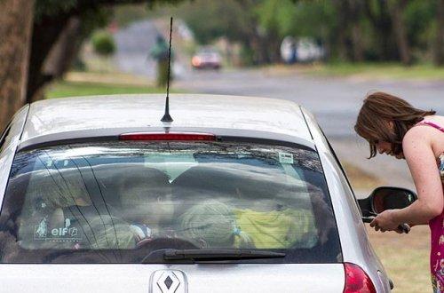 Учительница из ЮАР и ее 19 учеников в одной машине