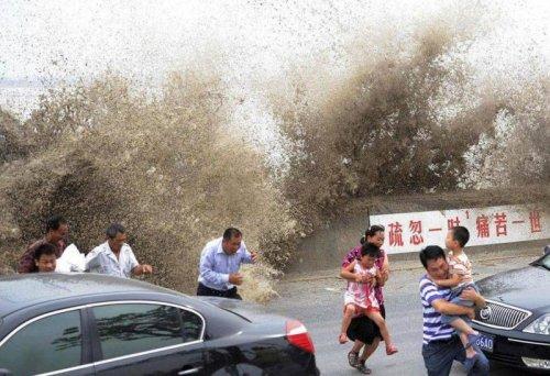 Один из гигантских приливов на китайской реке Цяньтан