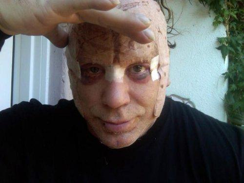 Этот человек готовится к Хэллоуину?...