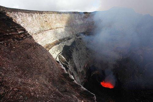Спуск фотожурналистов в кратер действующего вулкана Марум