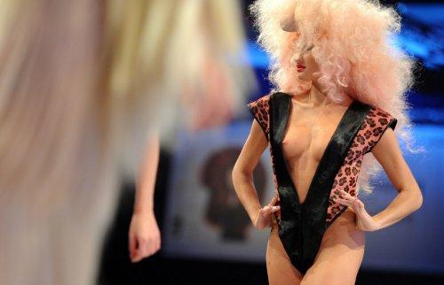 """Эпатажный парикмахер Чарли Ле Минду показал свое мастерство на парикмахерском шоу в Берлине """"Vision 2013"""""""