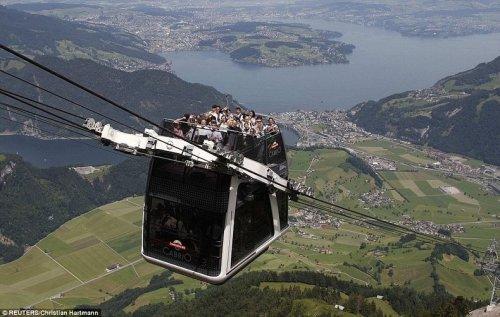 Швейцария представила первый в мире двухэтажный фуникулёр