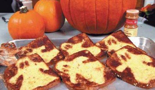 Готовим тосты-привидения к завтраку на Хэллоуин