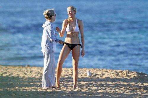 Ким Бэсинджер с дочерью Айрленд Болдуин на Гавайях