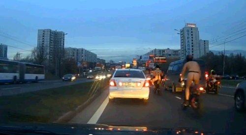 Голые байкеры на дорогах города