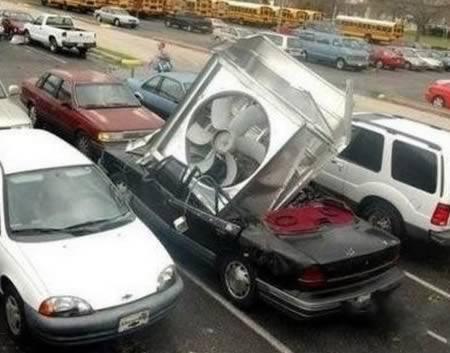 10 Невероятных предметов, упавших на автомобили