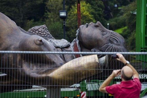 Противоречивая скульптура, созданная Дэмьеном Хирстом в Илфракомбе
