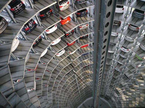 Башни из машин компании Фольксваген в Автограде в Вольфсбурге, Германия