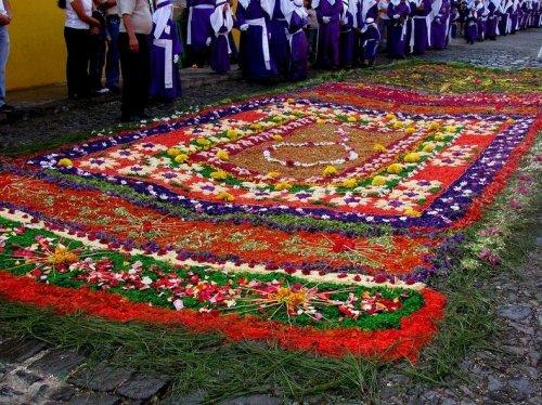 Красочные ковры из опилок, которые создают в Ла-Антигуа