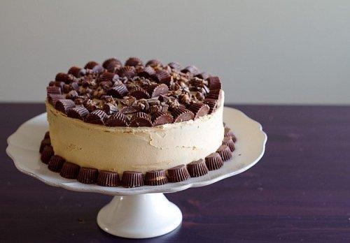 торт украшенный конфетами и шоколадками