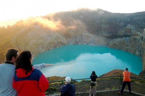 http://www.bugaga.ru/uploads/posts/2012-11/thumbs/1352300013_kelimuturu-3coloured-lake-in-indonesia-19.jpg