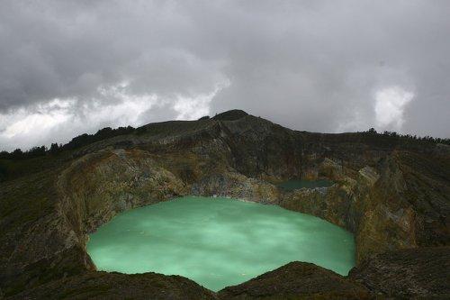 http://www.bugaga.ru/uploads/posts/2012-11/thumbs/1352300019_kelimuturu-3coloured-lake-in-indonesia-15.jpg