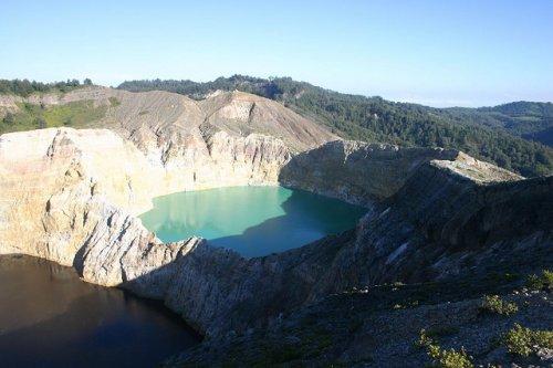 http://www.bugaga.ru/uploads/posts/2012-11/thumbs/1352300041_kelimuturu-3coloured-lake-in-indonesia-11.jpg