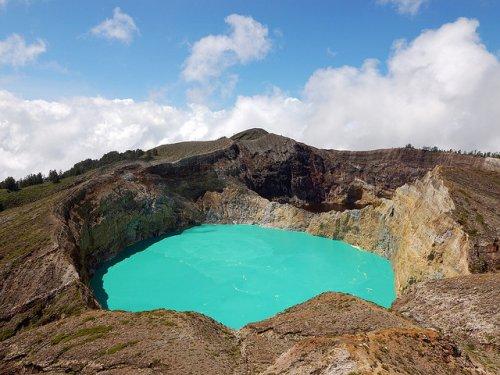 http://www.bugaga.ru/uploads/posts/2012-11/thumbs/1352300044_kelimuturu-3coloured-lake-in-indonesia-10.jpg