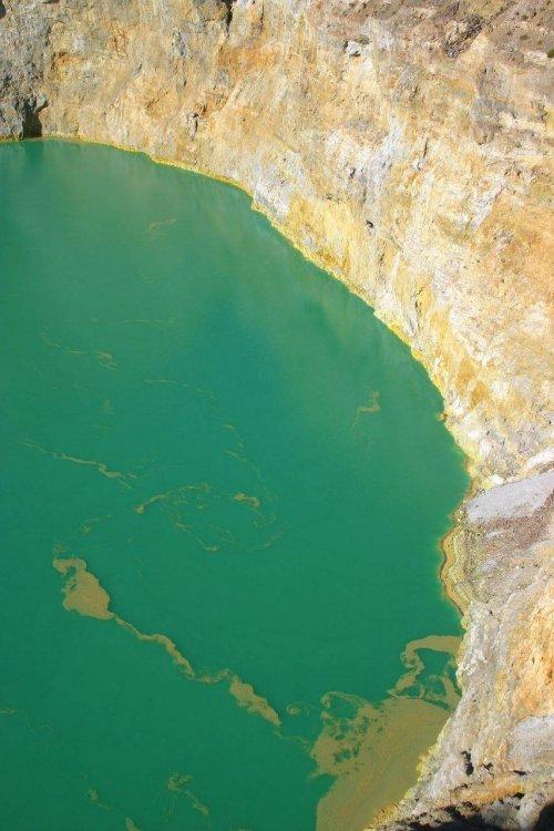 http://www.bugaga.ru/uploads/posts/2012-11/thumbs/1352300052_kelimuturu-3coloured-lake-in-indonesia-18.jpg