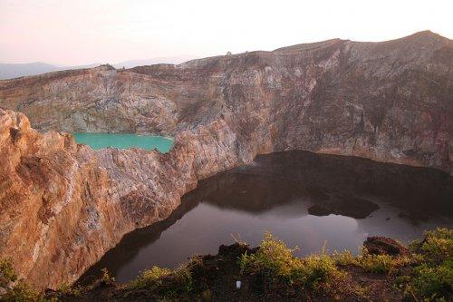 http://www.bugaga.ru/uploads/posts/2012-11/thumbs/1352300063_kelimuturu-3coloured-lake-in-indonesia-1.jpg