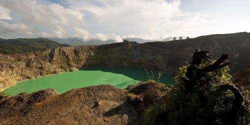 http://www.bugaga.ru/uploads/posts/2012-11/thumbs/1352300094_kelimuturu-3coloured-lake-in-indonesia-9.jpg