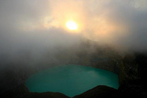 http://www.bugaga.ru/uploads/posts/2012-11/thumbs/1352300100_kelimuturu-3coloured-lake-in-indonesia-12.jpg