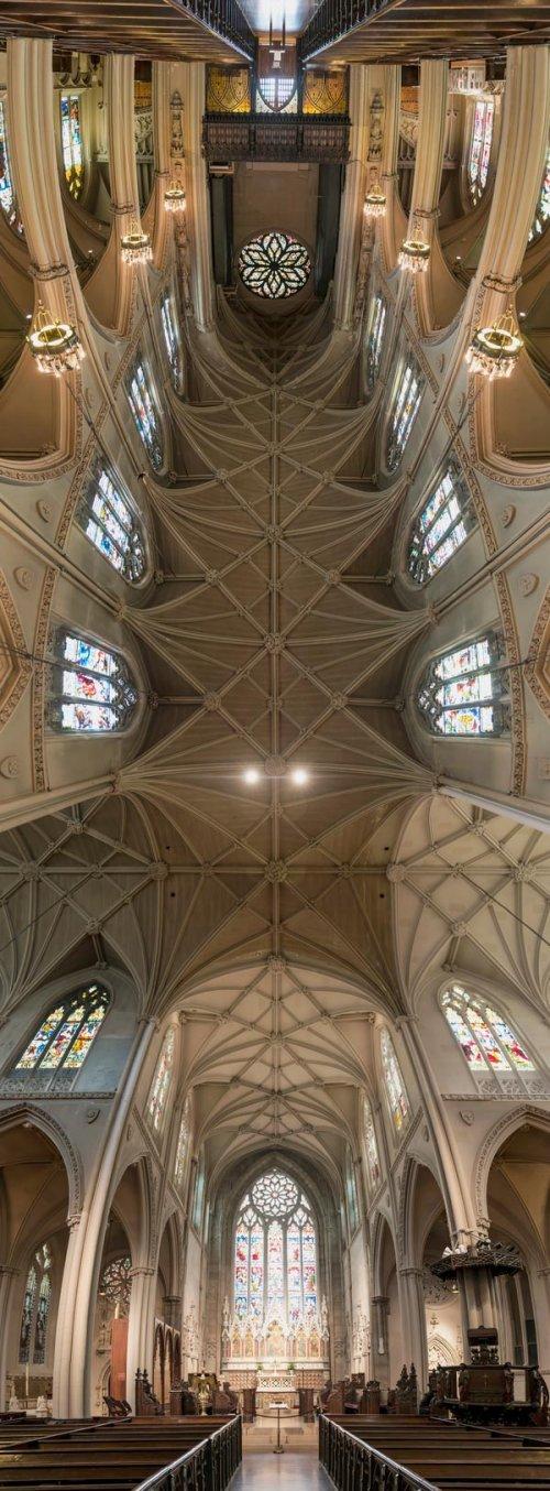 Удивительные вертикальные панорамы церковных потолков