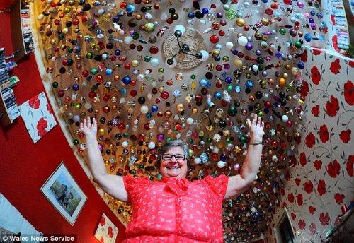 Более 2700 елочных игрушек украшают потолок