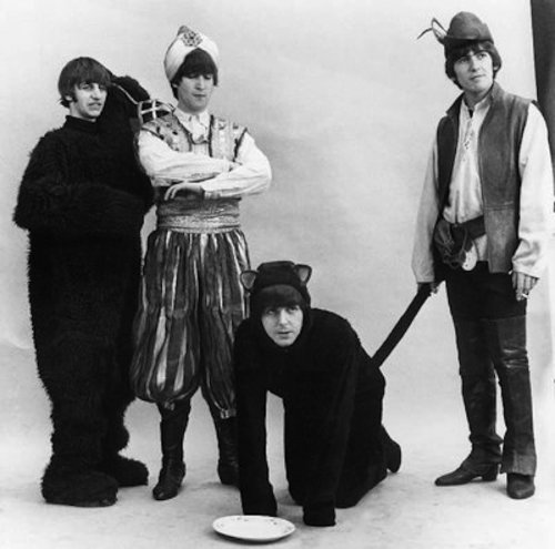 Знаменитые музыканты в смешных костюмах на Хэллоуин