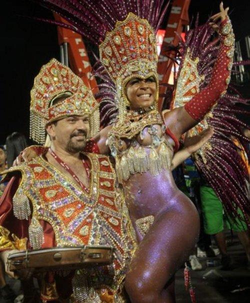Как держатся трусики на бразильских танцовщицах?