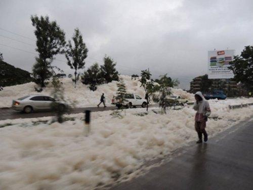 Пенный прилив в Найроби высотой с двухэтажный дом