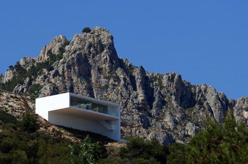 Белоснежный дом, построенный на скале в Кальпе