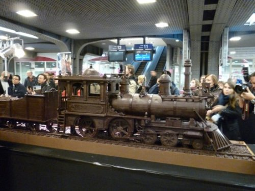 Невероятно детальный 34-метровый макет поезда, сделанный из шоколада