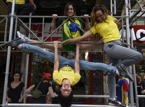 """Уличные """"танцы на шесте"""" в Буэнос-Айресе"""