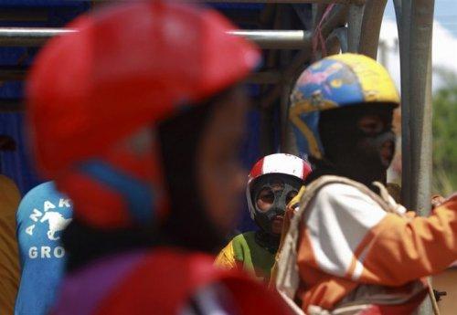 8-летние жокеи, участвующие в скачках в Индонезии