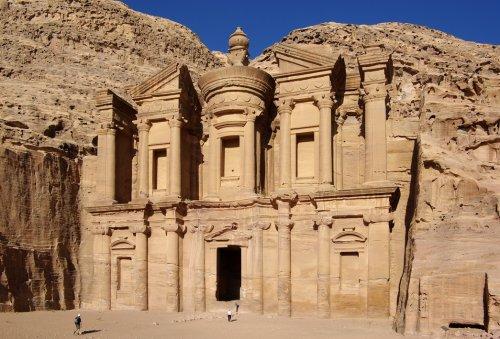10 Невероятных мест, высеченных в скалах