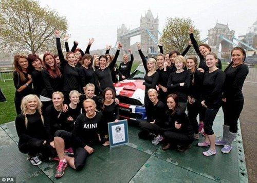 Лондонские гимнастки влезли в MINI Cooper, побив прошлогодний рекорд