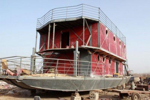 Человек строит собственный ковчег в преддверии апокалипсиса 2012