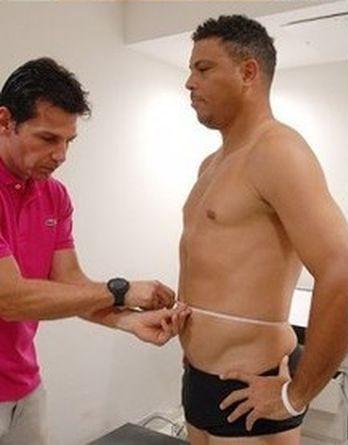 Похудевший Роналдо готовится к товарищескому матчу ветеранов футбола