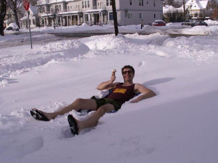Голая валяется в снегу