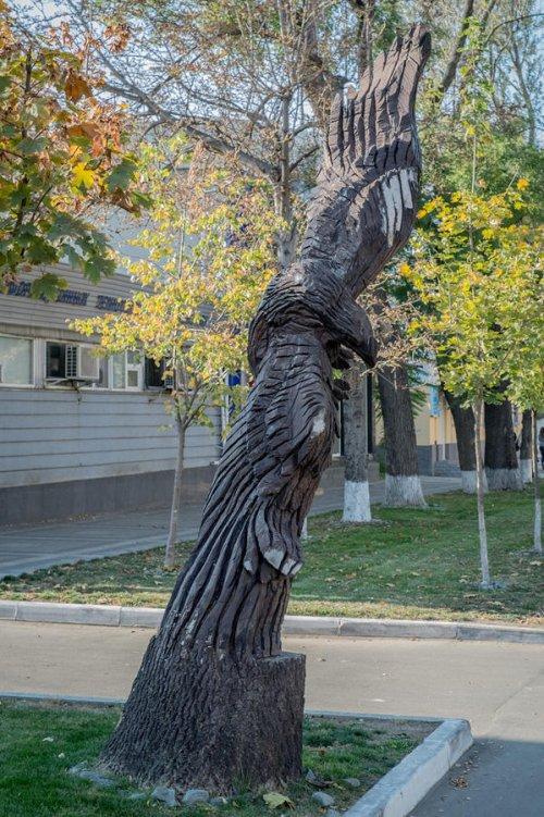 Скульптуры из деревьев на улицах Симферополя